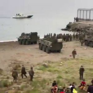 Tanques en la playa de El Tarajal: así intenta el Ejército frenar hoy la entrada masiva de migrantes en Ceuta