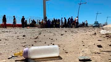 Grupos de migrantes agolpados en la frontera con Ceuta