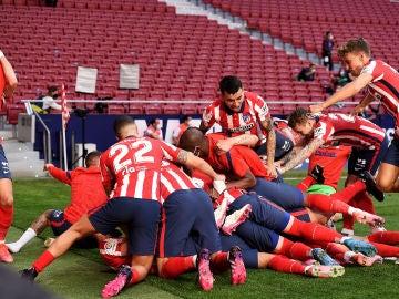 Jugadores del Atlético de Madrid celebrando el gol de Luis Suarez frente al Osasuna