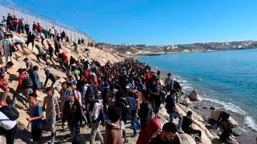 Migrantes tratan de cruzar a Ceuta este miércoles