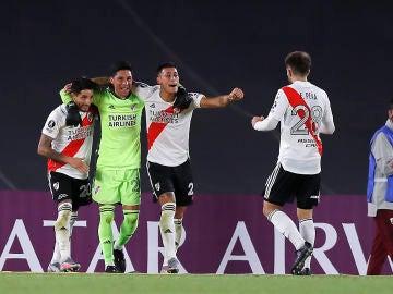 Futbolistas de River Plate celebran la victoria por 2-1 frente a Independiente de Santa Fe