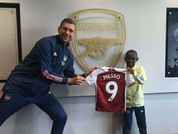 Leo Messo, el nuevo fichaje del Arsenal, junto a Per Mertesacker
