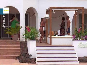 La cómica reacción de Celia al conocer por sorpresa en Love Island a sus suegros