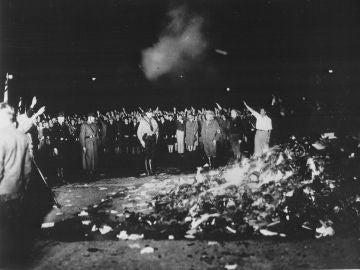 Quema de libros en la Plaza de la Ópera en Berlín el 10 de mayo de 1933
