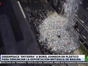 Greenpeace 'entierra' a Boris Johnson entre basura para denunciar que Reino Unido exporta sus residuos
