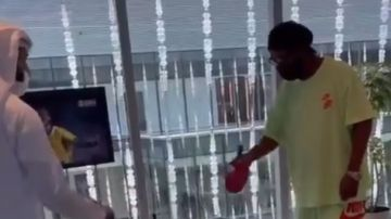 Ronaldinho jugando al ping-pong en Emiratos Árabes