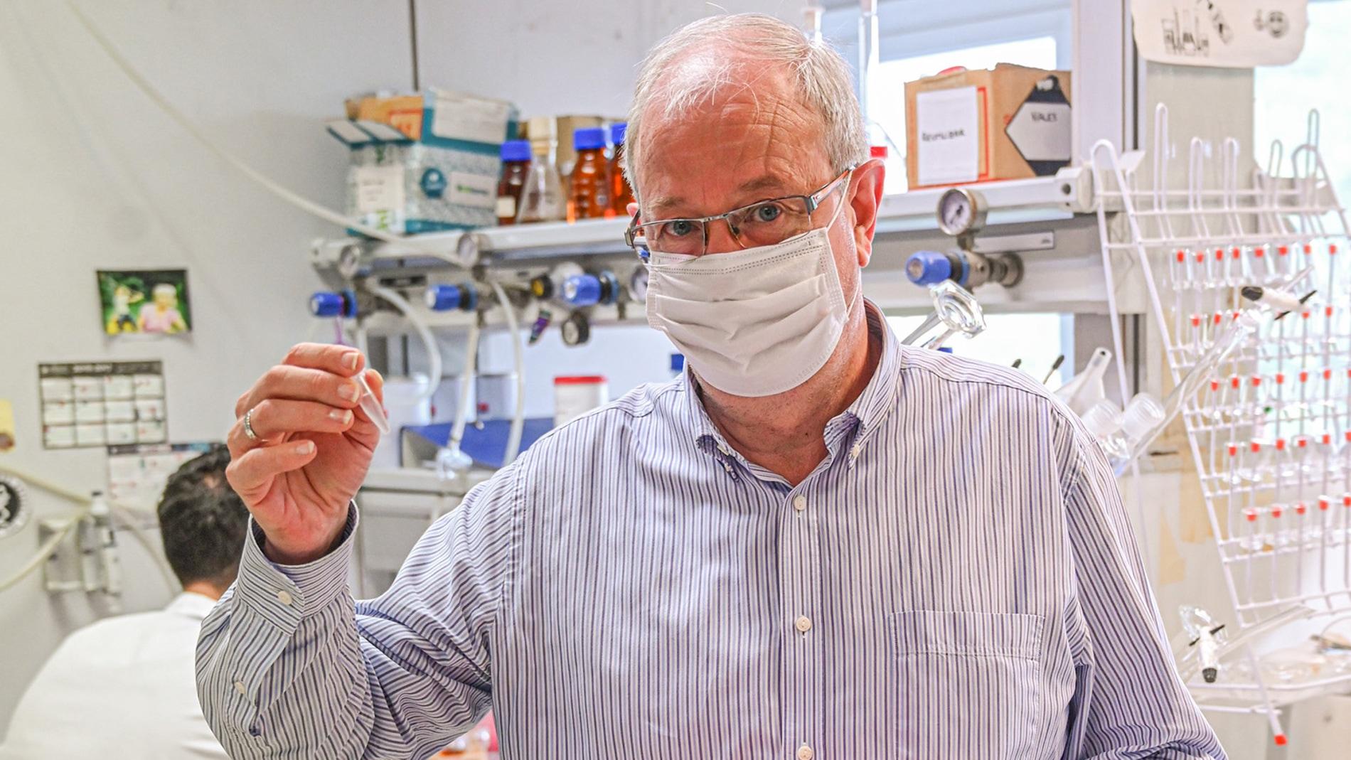uno de los investigadores en el laboratorio