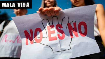 Una mujer sostiene un cartel contra las agresiones sexuales
