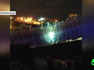 Decenas de personas intentan saltar la valla de Melilla y 30 marroquíes consiguen cruzar a España