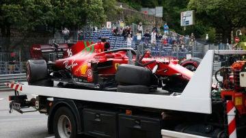 Charles Leclerc, con el Ferrari destrozado