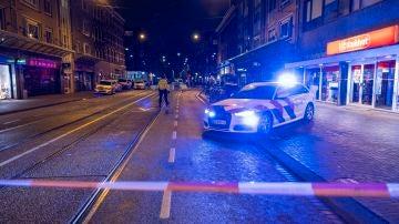 Un coche de policía acordona la zona en la que fueron apuñaladas cinco personas