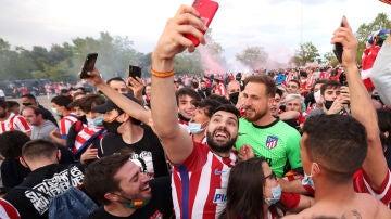 Jan Oblak, sin mascarilla entre la afición del Atlético