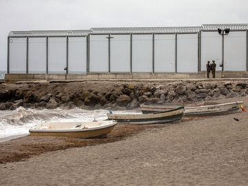Imagen de varios soldados en la playa fronteriza de El Tarajal
