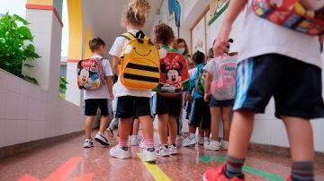 Niños van al colegio