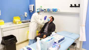 Una sanitaria realiza una prueba de coronavirus (Archivo)