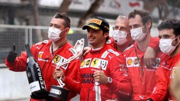 Carlos Sainz, en el Gran Premio de Mónaco con el trofeo de segundo puesto