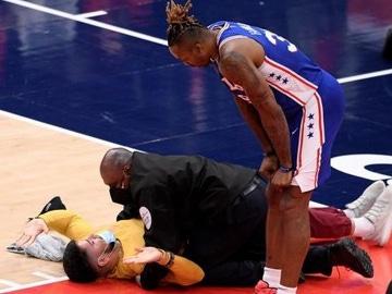 Un aficionado, placado al asaltar una pista de la NBA