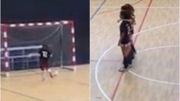 A la derecha, jugadoras paradas. A la izquierda, la portera rival tratando de llegar al balón