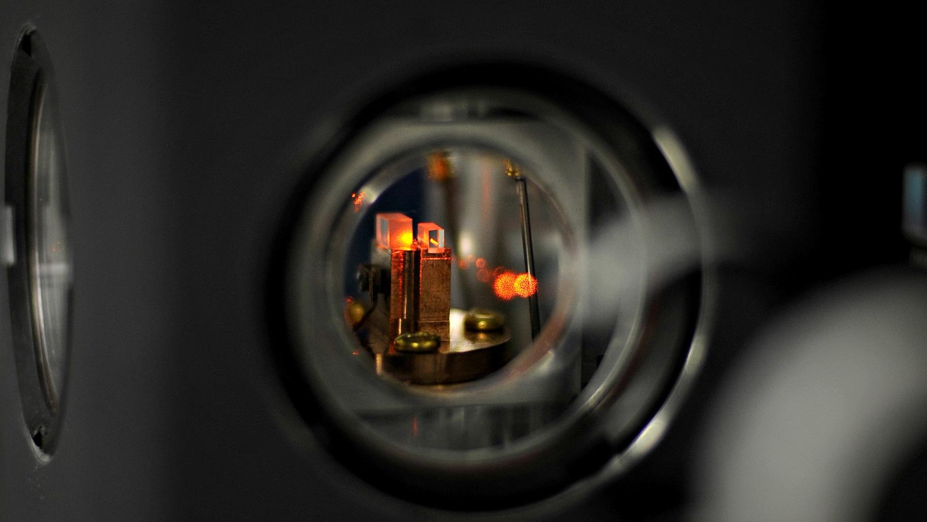 Logran almacenar un unico foton en dos memorias cuanticas alejadas