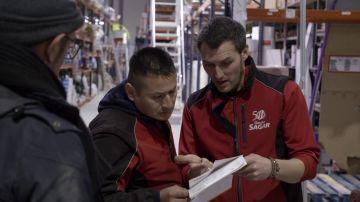 Un encargado muestra al jefe infiltrado las multas que acumula un trabajador por conducción temeraria