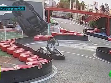 Brutal accidente en un karting: un coche da una vuelta de campana tras un choque con otro piloto