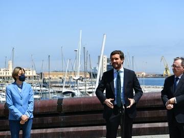 El presidente del PP, Pablo Casado, y el presidente de Ceuta, Juan Vivas, en declaraciones a los medios
