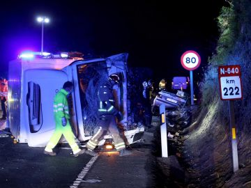 Miembros de la Guardia Civil y de Protección Civil en el lugar del accidente entre un turismo y un camión.