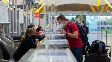 Un pasajero factura su maleta en la T4 del Aeropuerto Adolfo Suárez Madrid-Barajas