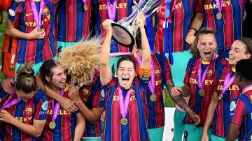 Vicky Losada, capitana del Barça, levantando la Champions femenina