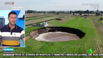 El momento en el que se forma un socavón en una explanada de tierra en México