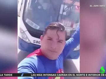 Un hombre se hace pasar por Superman y es atropellado por un camión