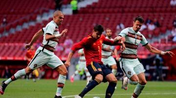 Morata, rodeado por Pepe y Fonte