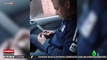 Un hombre juega con una granada en el interior de un coche y esta acaba explotando