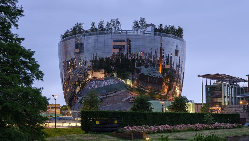Almacén del museo Boijmans Van Beuningen por la noche