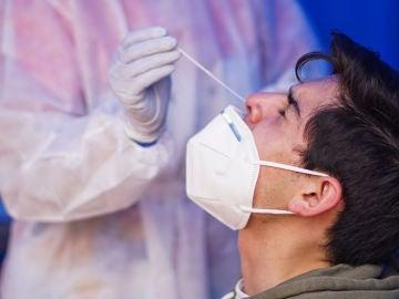 Un joven colombiano recibe una prueba PCR
