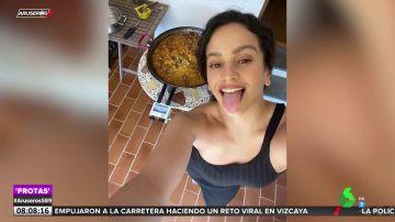 Rosalía sorprende a sus seguidores con su receta de la paella valenciana