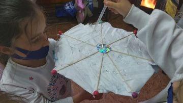 Un paraguas hecho con mascarillas recicladas por los niños de Espiciencia.