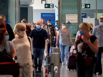 Personas circulan con maletas en un aeropuerto