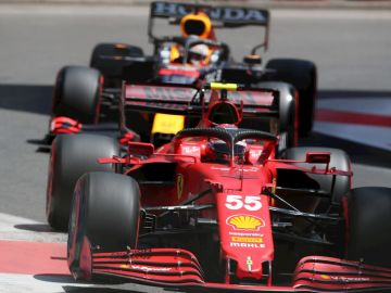 Carlos Sainz, por delante de un Red Bull