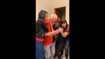 Aficionados llorando tras ver a su equipo, el Atlético Colón, ganar un título por primera vez