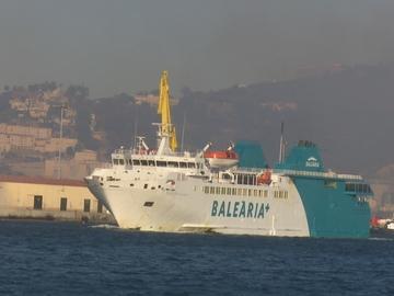Dos inmigrantes intentan cruzar el Estrecho ocultos en la rampa de un barco