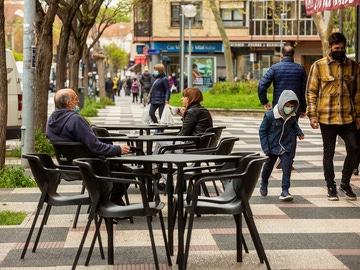 Varios clientes toman café en una terraza de un bar de Vitoria