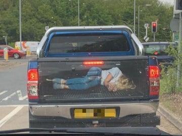 Imagen de la furgoneta con el vinilo de una mujer secuestrada