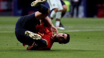 Álvaro Morata cae al césped