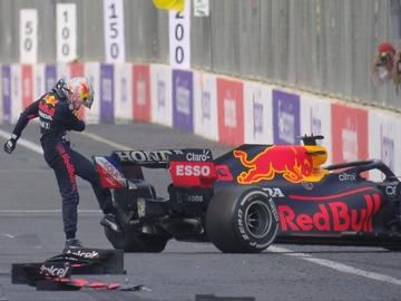 Max Verstappen patea su coche