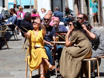 Unos turistas disfrutan este sábado en una terraza en Santiago de Compostela