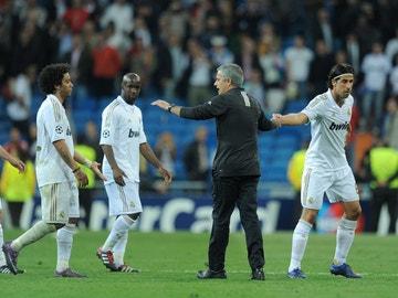 Mourinho saludando a Khedira tras un partido en el Santiago Bernabéu