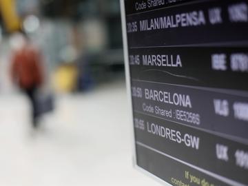 Un panel indica la llegada del primer vuelo desde Londres (Reino Unido), a la terminal T4 del Aeropuerto Adolfo Suárez - Madrid Barajas