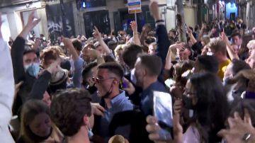 Las impactantes imágenes de las aglomeraciones sin distancia ni mascarillas en Barcelona en plena pandemia