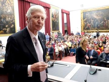 El Nobel de Medicina Jules A. Hoffmann comparte en la Universidad de Sevilla su experiencia con estudiantes y científicos